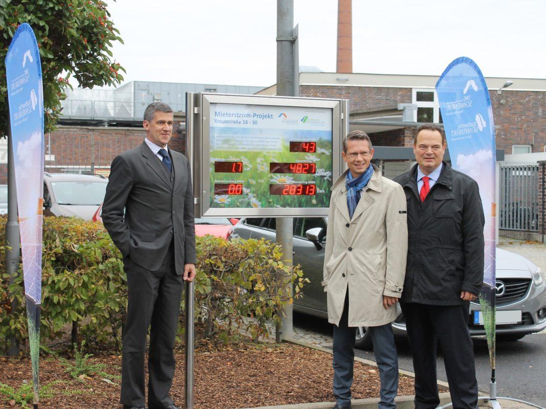 Thomas Kästner, Geschäftsführer der Stadtwerke Schweinfurt GmbH (links), Oberbürgermeister Sebastian Remelé (mittig) und Alexander Förster, Geschäftsführer der Stadt- und Wohnbau GmbH (rechts) haben die Info-Tafel am 1. Oktober 2019 enthüllt. Foto: Esther Straub