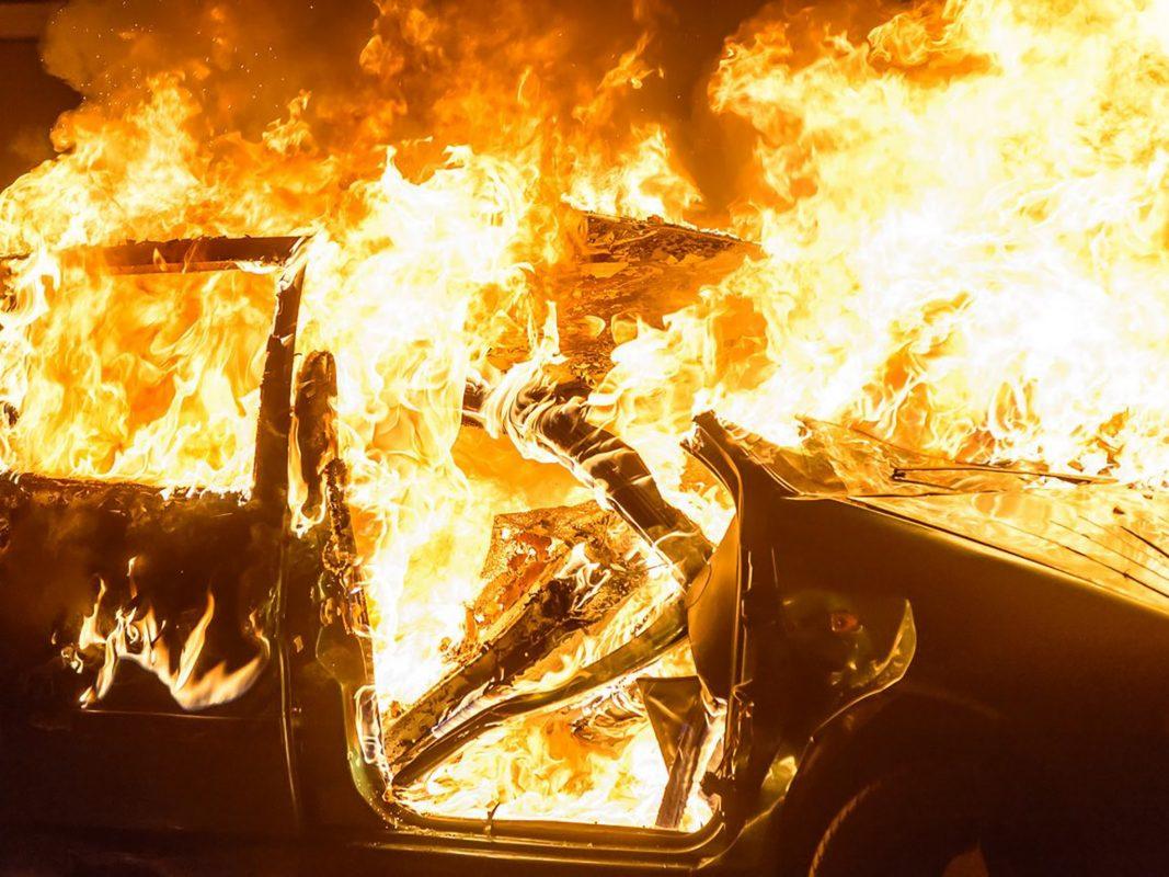 Symbolbild Pkw in Flammen. Foto: Pascal Höfig