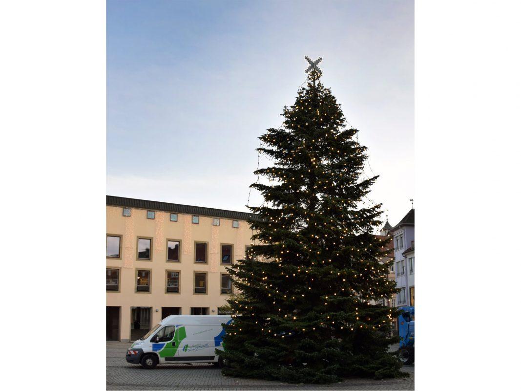 Bereits am 14. November wurde die diesjährige Baumbeleuchtung von den Mitarbeitern der Stadtwerke Schweinfurt angebracht. Foto: Andreas Göb/ Stadtwerke Schweinfurt GmbH