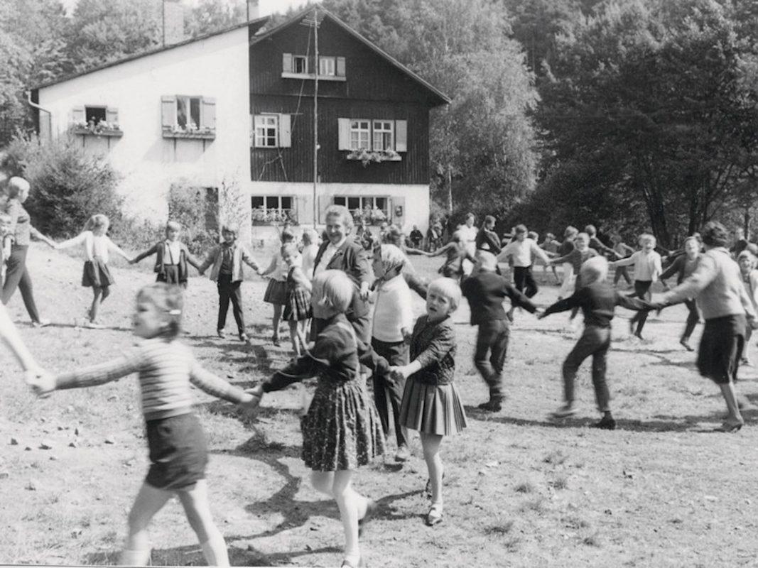 Spielende Kinder in der Kindererholung Sippachsmühle. Foto: Archiv AWO Unterfranken