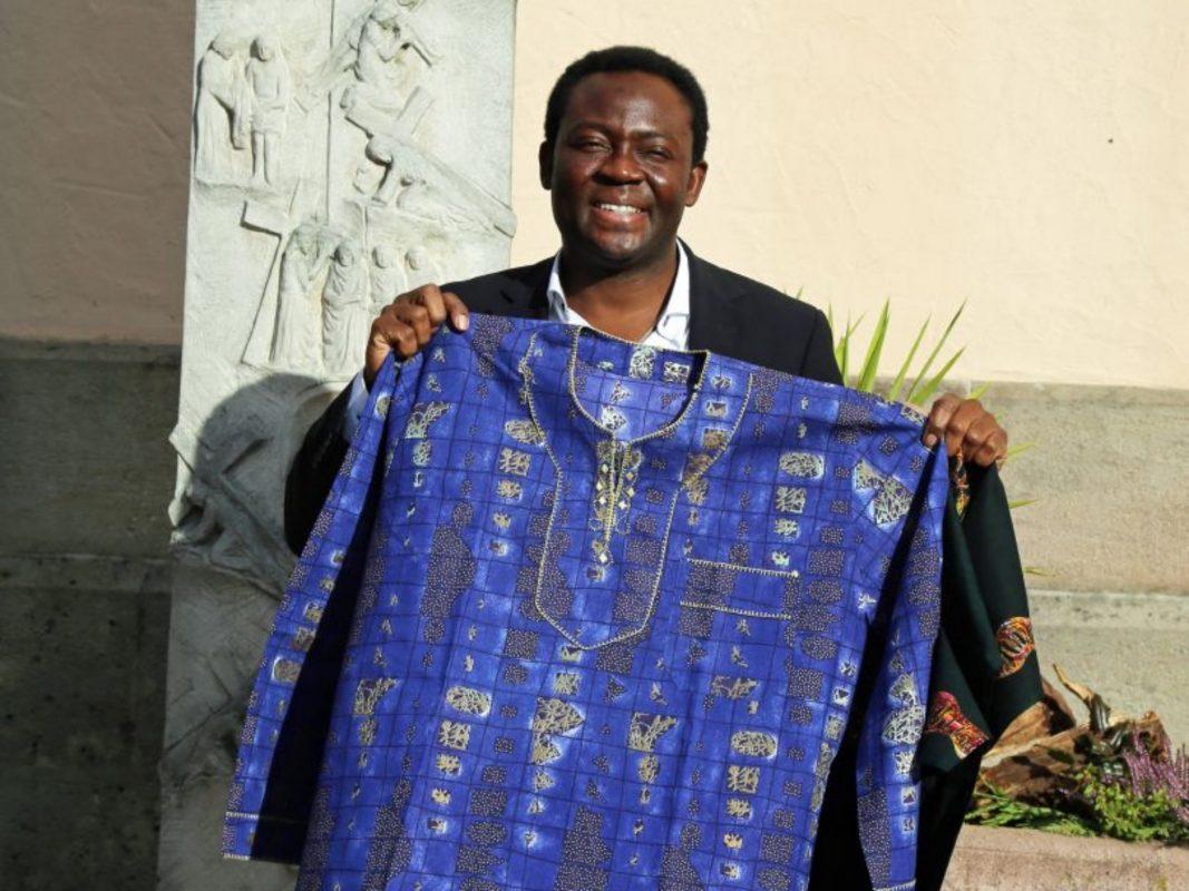 Pfarrer Dr. Blaise Okpanachi mit einem traditionellen afrikanischen Gewand. Foto: Anna-Lena Ils (POW)