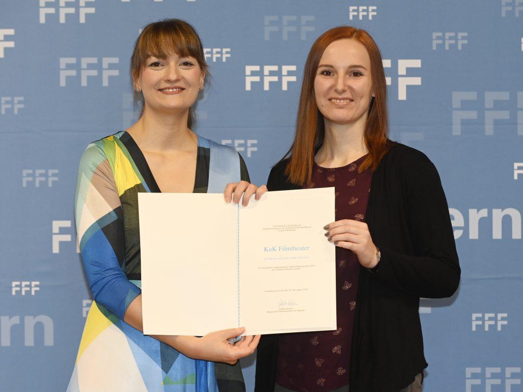 Bei der Bayerischen Kinoprogrammpreisverleihung: Anne Schmeltzer, Theaterleiterin des KuK-Filmtheaters, freut sich mit Staatministerin Judith Gerlach