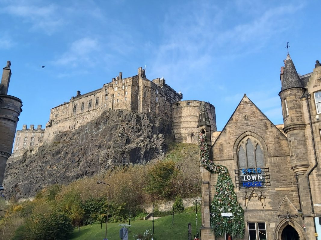 """""""Zu Hause ist es immer noch am schönsten"""", heißt ein weitbekannter Spruch. Ja das mag stimmen, dennoch zieht es jeden Mal in die Ferne. Auch unsere Bettina, die sich zur Aufgabe gemacht hat Edinburgh ein bisschen besser unter die Lupe zu nehmen. Die Hauptstadt Edinburgh ist nach Glasgow die zweitgrößte Stadt in Schottland und hat damit so einiges zu bieten. Wer dort einen Urlaub plant, sollte sich besser warme Klamotten und festes Schuhwerk einpacken.  Essen und Trinken  Whisky Shops: Das schottische Nationalgetränk sollte man auf jeden Fall probiert haben, wenn man in Edinburgh unterwegs war. Es gibt zahlreiche Brennereien und Shops, wo man verschiedene Sorten Whisky probieren kann. Mit der richtigen Beratung, kann jeder die Sorte Whisky finden, die einem am besten schmeckt. Auch als Souvenir eignen sich kleine Probierflaschen, damit auch Freunde und Familie daheim, einen Schluck Schottland genießen können. Pubs: Nicht umsonst soll Edinburgh die Stadt mit der größten Kneipendichte sein. Die rustikal gebauten Pubs laden jeden nach einer anstrengenden Sightseeing-Tour ein, sich ein Bier zu gönnen oder sich über das leckere schottische Essen zu freuen. Besonders empfehlenswert sind die sogenannten """"Soups oft the day"""". Die findet man üblicherweise auf jeder Speisekarte. Lasst euch überraschen, welche Hausgemachte Suppe es bei euch gibt.  Freizeitaktivitäten  Arthur's Seat: Was ich unbedingt empfehlen kann ist ein Ausflug auf den 251 Meter hohen Berg, genannt Arthur's Seat. Der Weg nach oben, ist nicht besonders einfach und auch der Abstieg ist kein Kinderspiel. Aber wer wandern mag und gerne an der frischen Luft ist, sollte es sich nicht entgehen lassen. Wer den Weg hinter sich hat, wird auch belohnt. Von Oben hat man einen unglaublichen Blick auf die Stadt und die Nordsee. Portobello: ist eine Kleinstadt ungefähr acht Kilometer östlich von Edinburgh. Mit dem Bus ist man innerhalb von einer halben Stunde da. Und was erwartet da einen? Ich sag's euch: Ein wunderschöner """