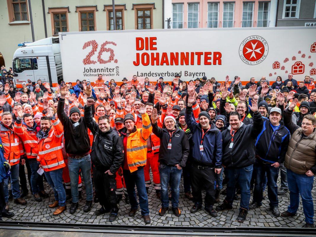 Zum Abschluss nochmal Winken und dann machten sich die Fahrer bereit für die Abfahrt der Johanniter-Weihnachtstrucker. Foto: Johanniter/Bieber