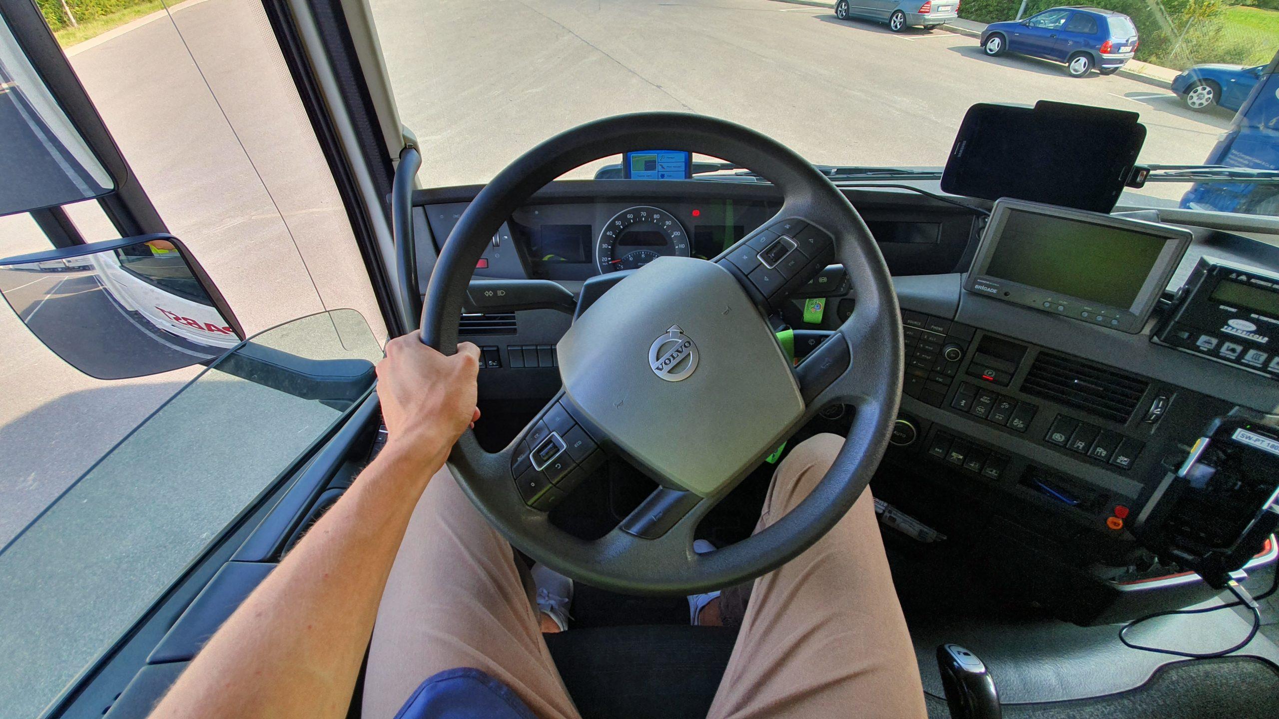 Am Steuer eines Lastkraftwagens. Foto: Pabst Transport