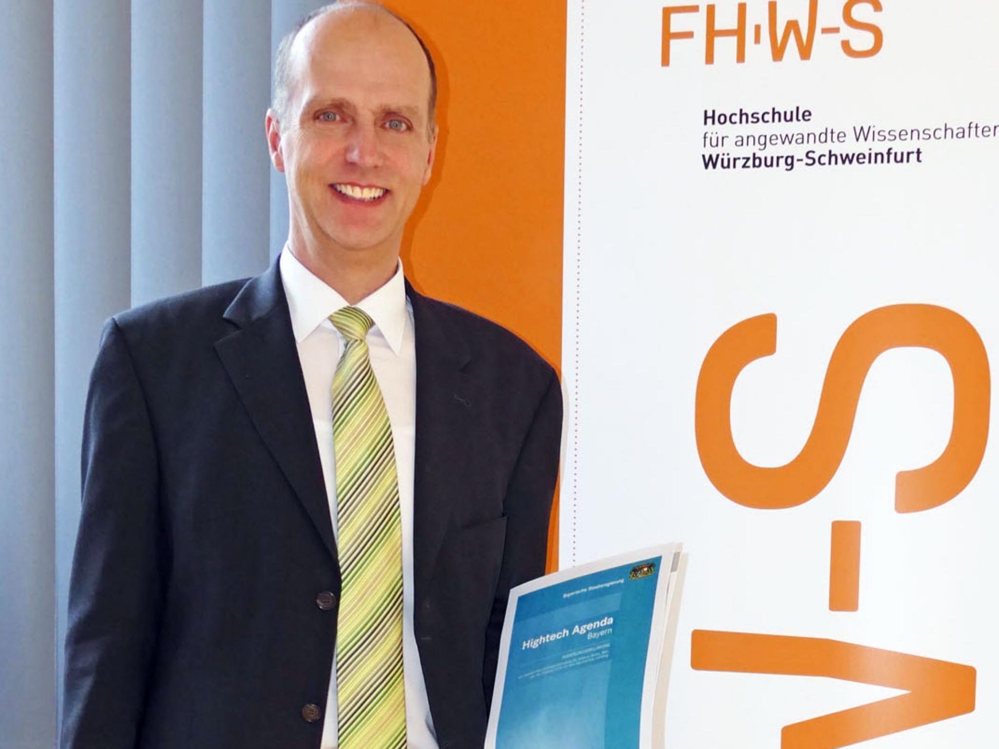 """FHWS-Präsident Professor Dr. Robert Grebner freut sich über die Förderungen, die mit der """"Hightech Agenda Bayern"""" für die FHWS verbunden sind. Foto: FHWS / Klein"""