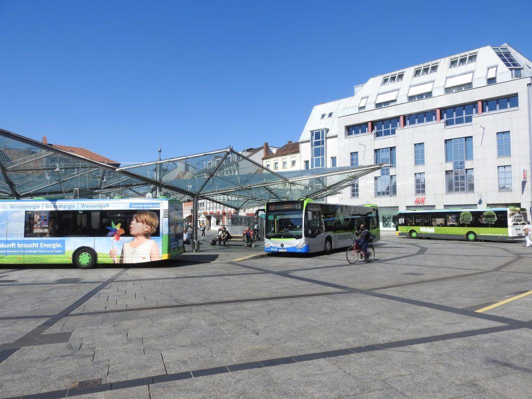 Der Bushaltepunkt Roßmarkt in Schweinfurt. Foto: Dirk Flieger