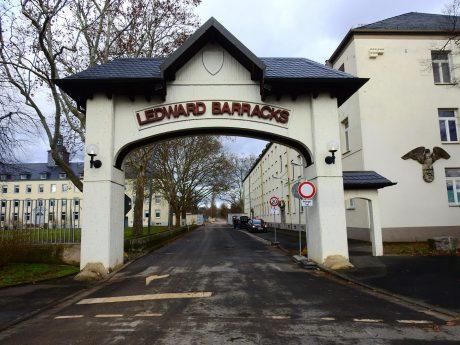 Eingang zu den Ledward Barracks. Foto: Dirk Flieger