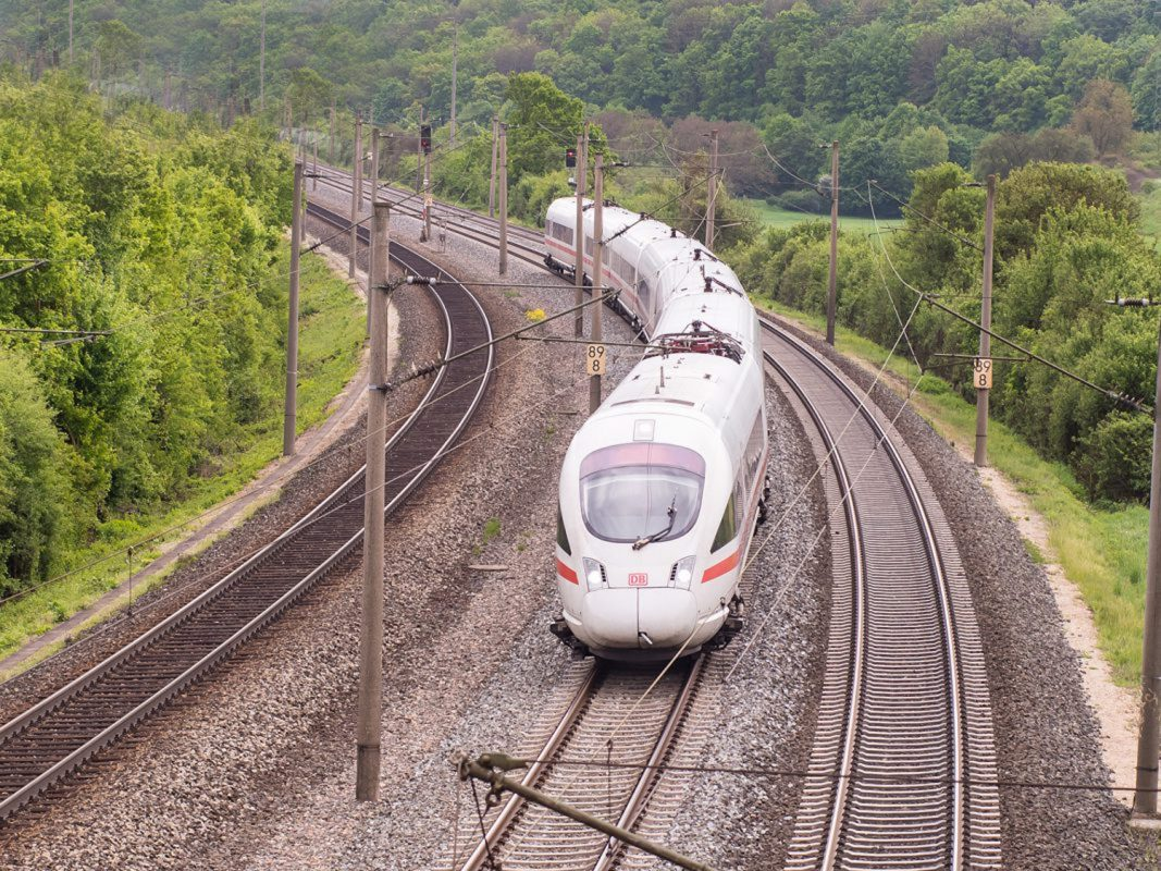 Damit man während der aktuellen Coronapandemie sorgenfrei mit der Bahn reisen kann, sollten ein paar Dinge beachtet werden. Foto: Pascal Höfig