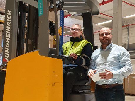 Thomas Metz (Geschäftsbereichsleiter Logistik) und Auszubildende Melissa. Foto: Pabst Transport