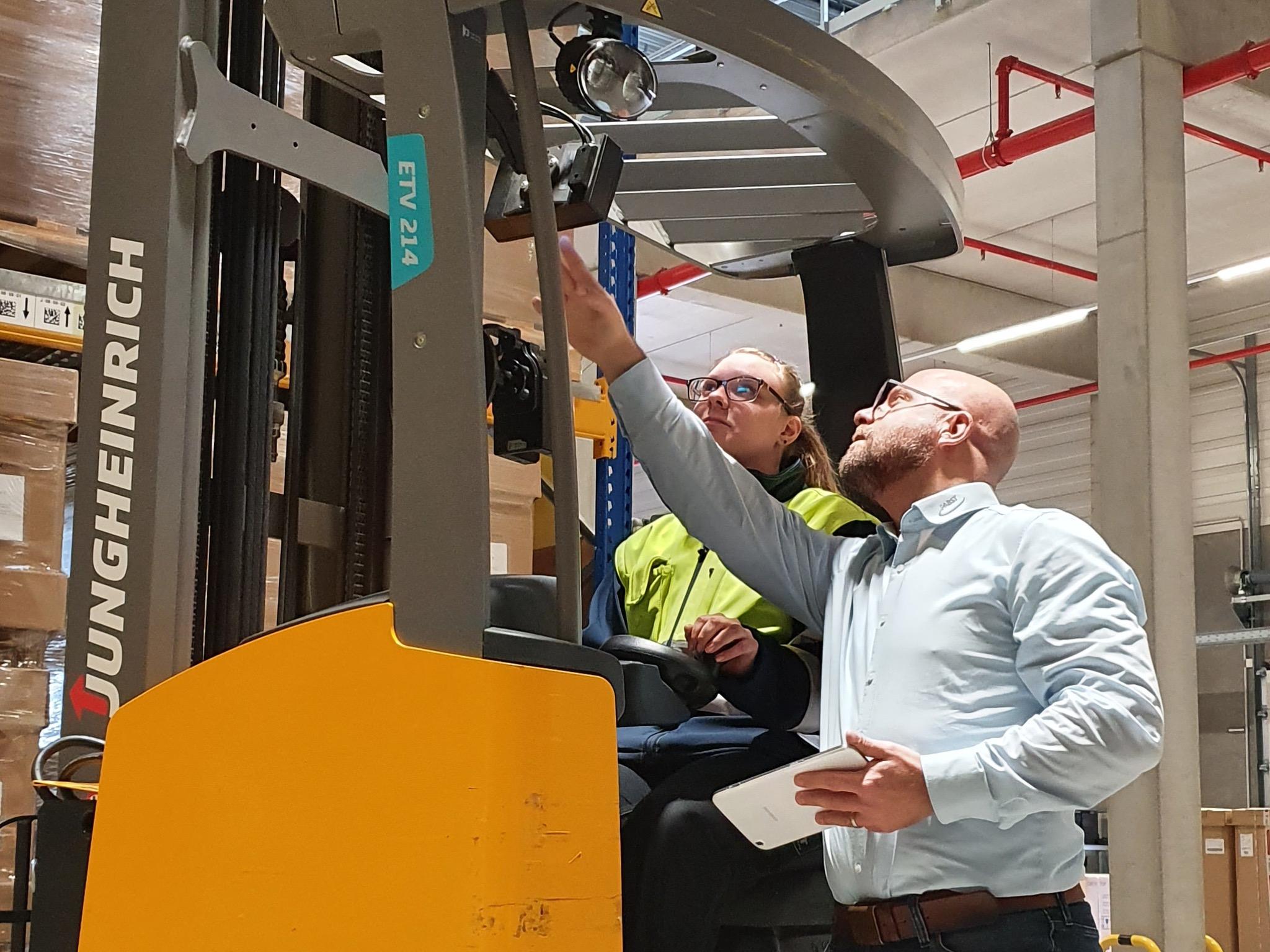 Thomas Metz (Geschäftsbereichsleiter Logistik) und Auszubildende bei der Einweisung. Foto: Pabst Transport