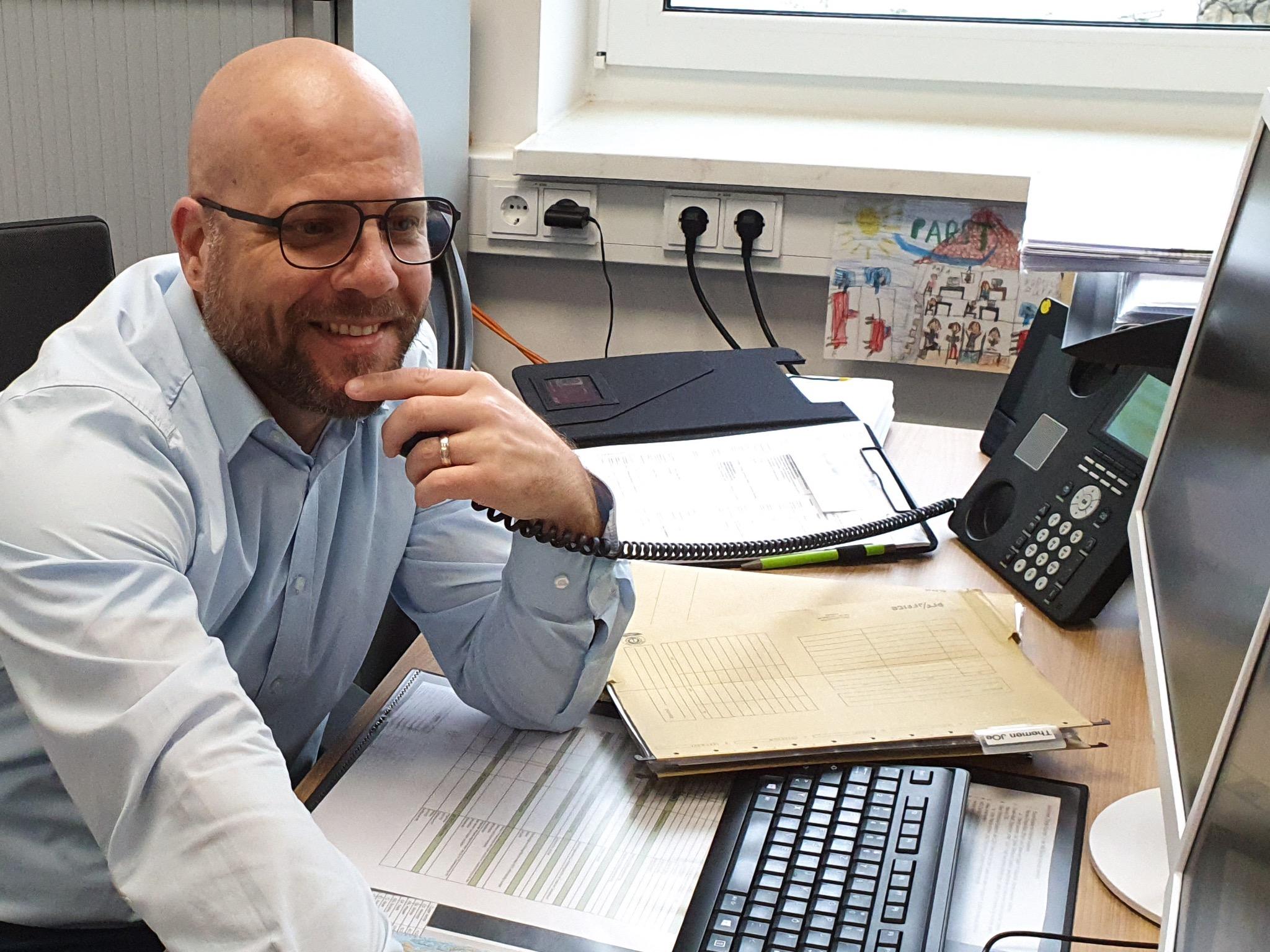 Thomas Metz (Geschäftsbereichsleiter Logistik) im Büro. Foto: Pabst Transport