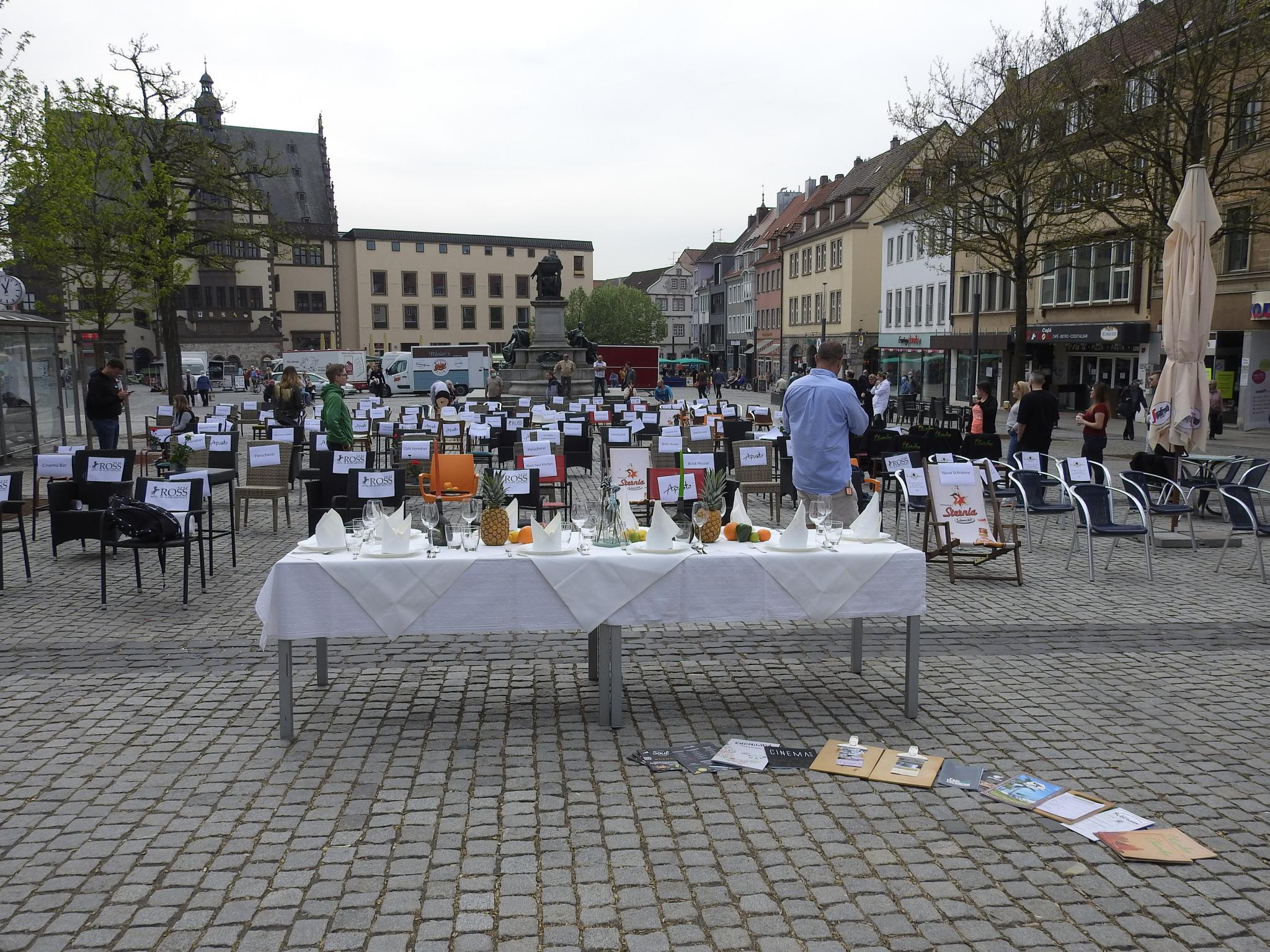 """Zahlreiche Gastronomen beteiligten sich an der stillen Demo """"Leere Stühle"""". Foto: Dirk Flieger"""