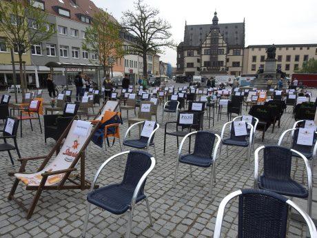 """Stille Demonstration """"Leere Stühle"""" Am Marktplatz. Foto: Dirk Flieger"""