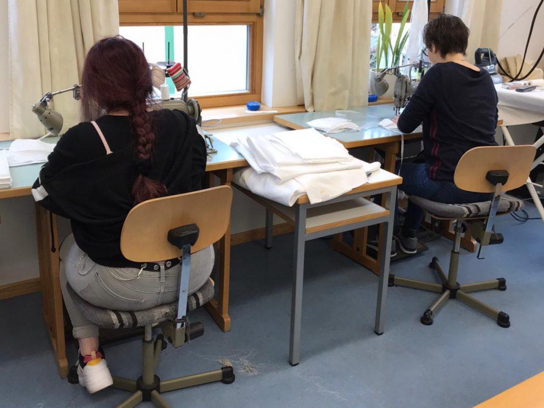 Das Antonia-Werr-Zentrum in Wipfeld und drei private Kleingruppen nähen derzeit im Auftrag des Landkreises Schweinfurt ehrenamtlich Mund-Nasen-Masken. Foto: Antonia-Werr-Zentrum