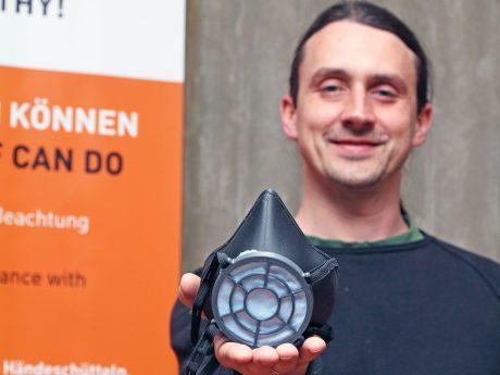 Roland Oppelt, Mitarbeiter des Labors in der Fakultät Maschinenbau war bei der Entwicklung der Maske beteiligt. Foto: FHWS / Eva Kaupp.