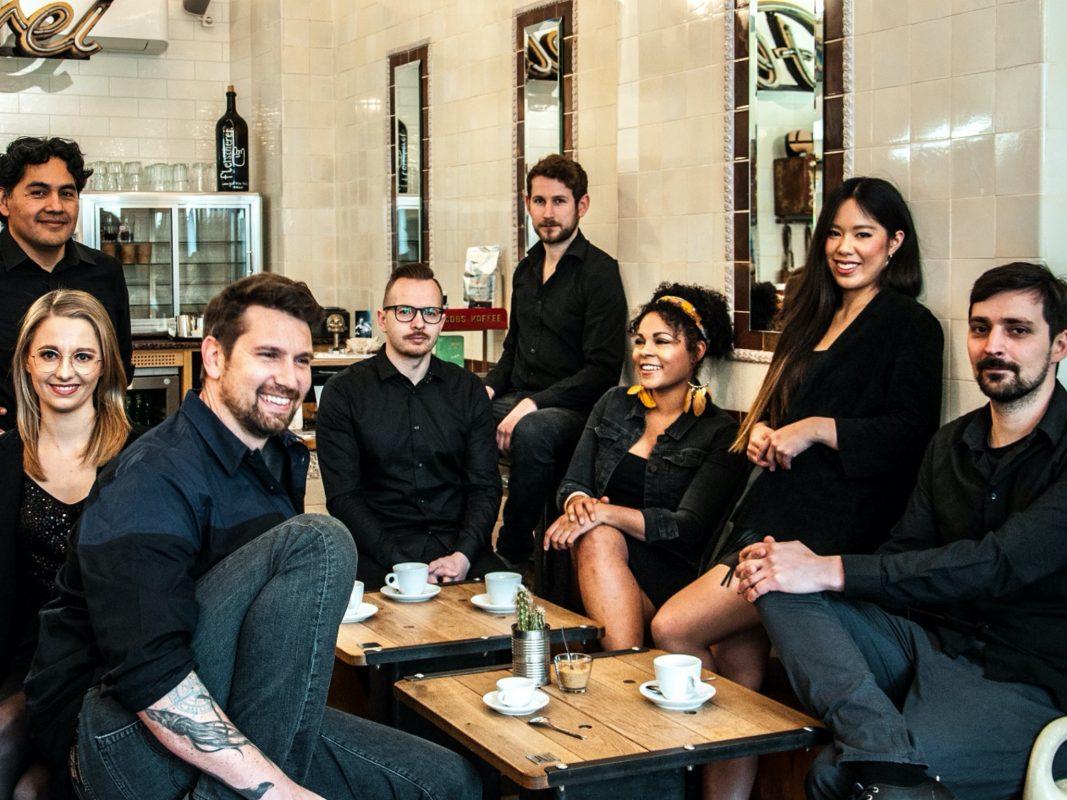Alle acht Mitglieder der Band Sondermarke. Foto: Barni