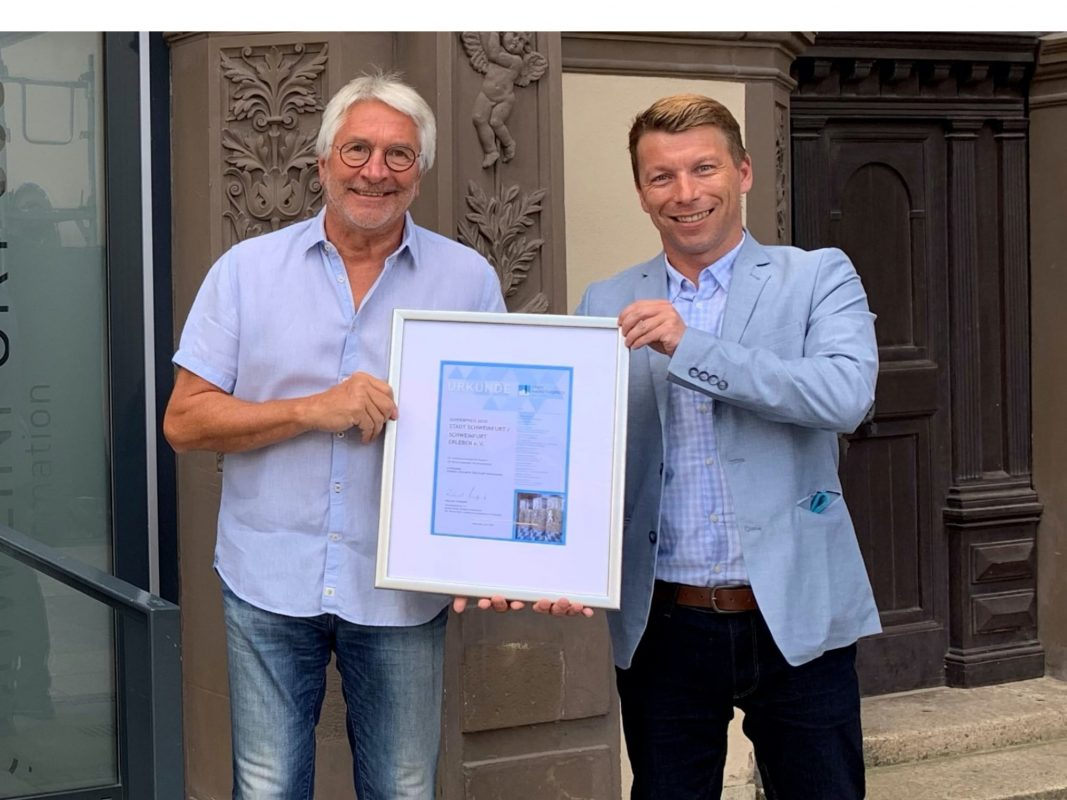 Die Stadt Schweinfurt ist Gewinner des 10. Bayerischen Stadtmarketingpreises (links: Werner Christoffel, rechts: Thomas Herrmann). Foto: Marie Friedrich