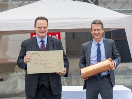Oberbürgermeister Sebastian Remelé (rechts) bei der Grundsteinlegung für den Quartierseingang vom neuen Stadtteil Bellevue. Foto: SWG