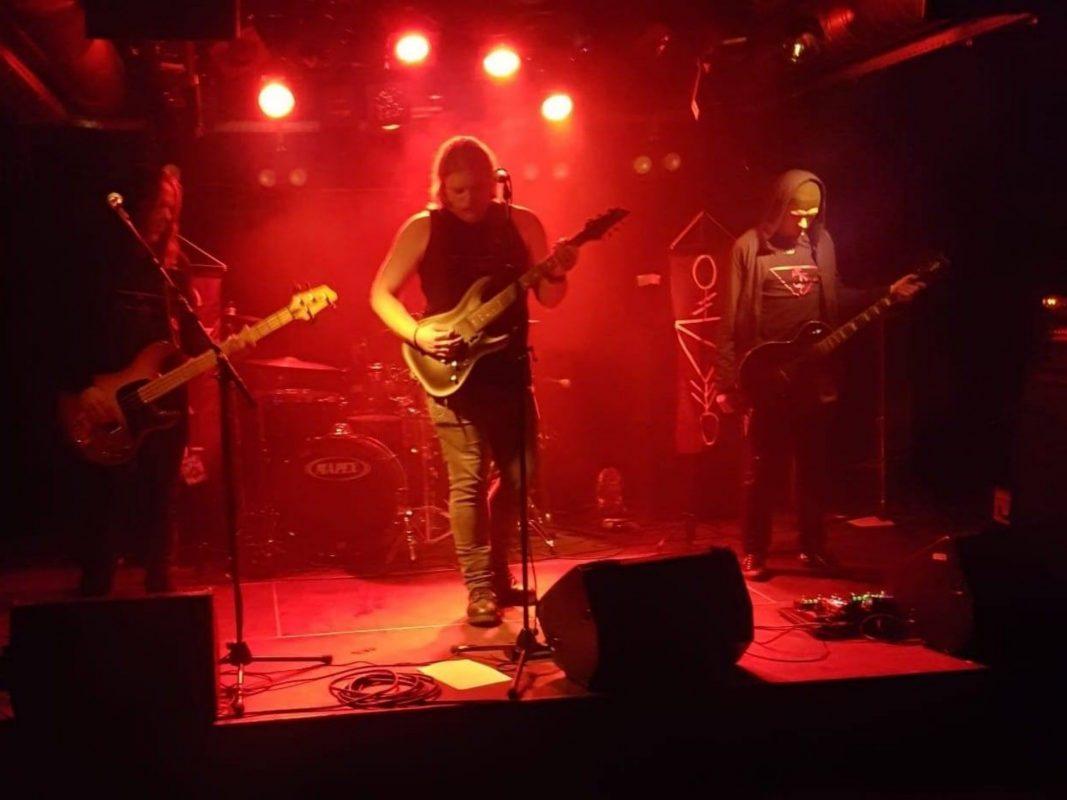 """Die Doom-Metal-Band """"Shrines of Dying Light"""" bei einem Live-Auftritt in Zürich. Foto: Julian Roßdeutsch"""