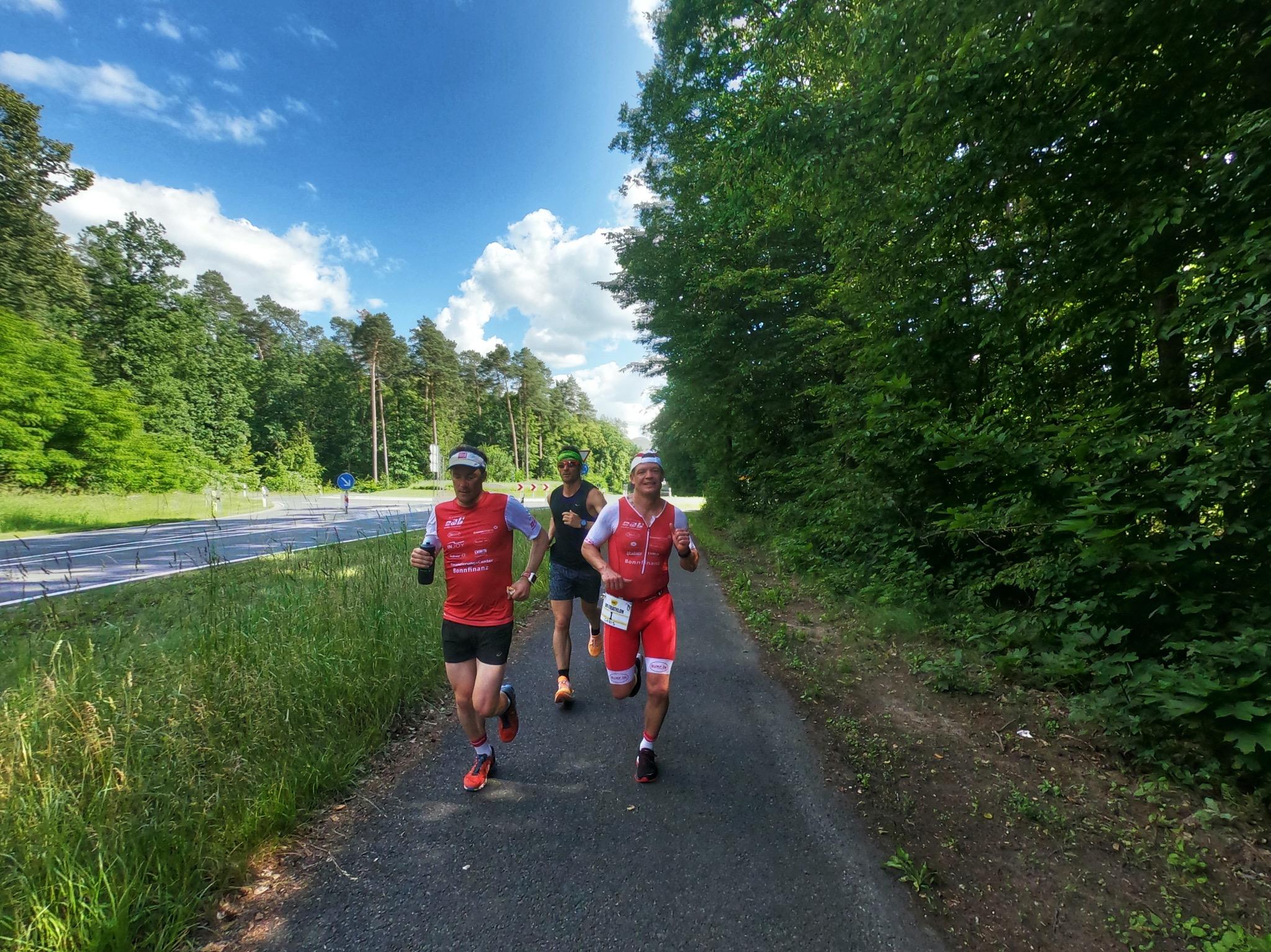 Christian Körber (vorne rechts) und seine Freunde beim Absolvieren des Marathons. Foto: Abteilung Laufen-Triathlon TG 48 Schweinfurt