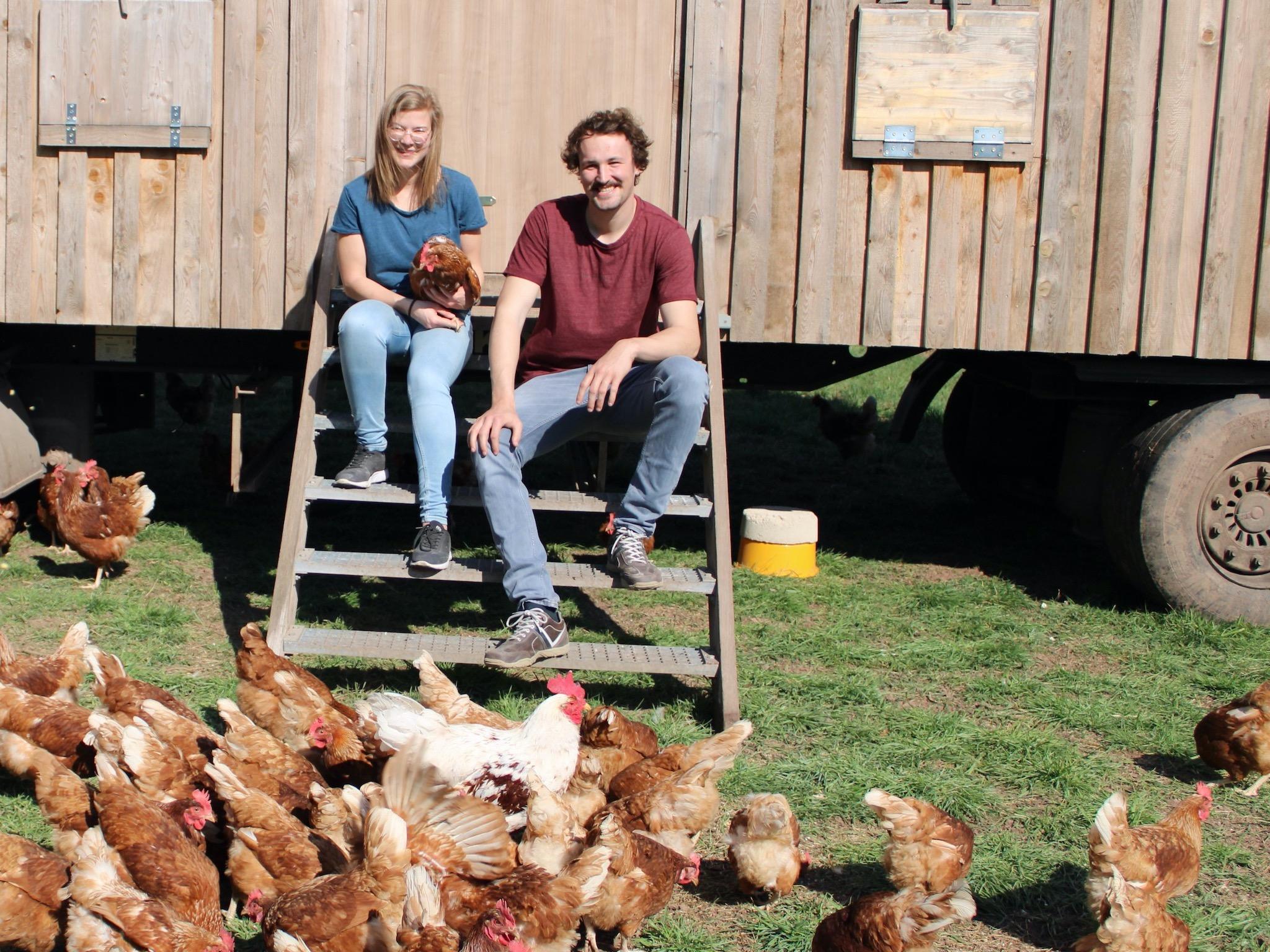Franziska und ihr Freund mit den Hühnern im Hof. Foto: Franziska Thomas.