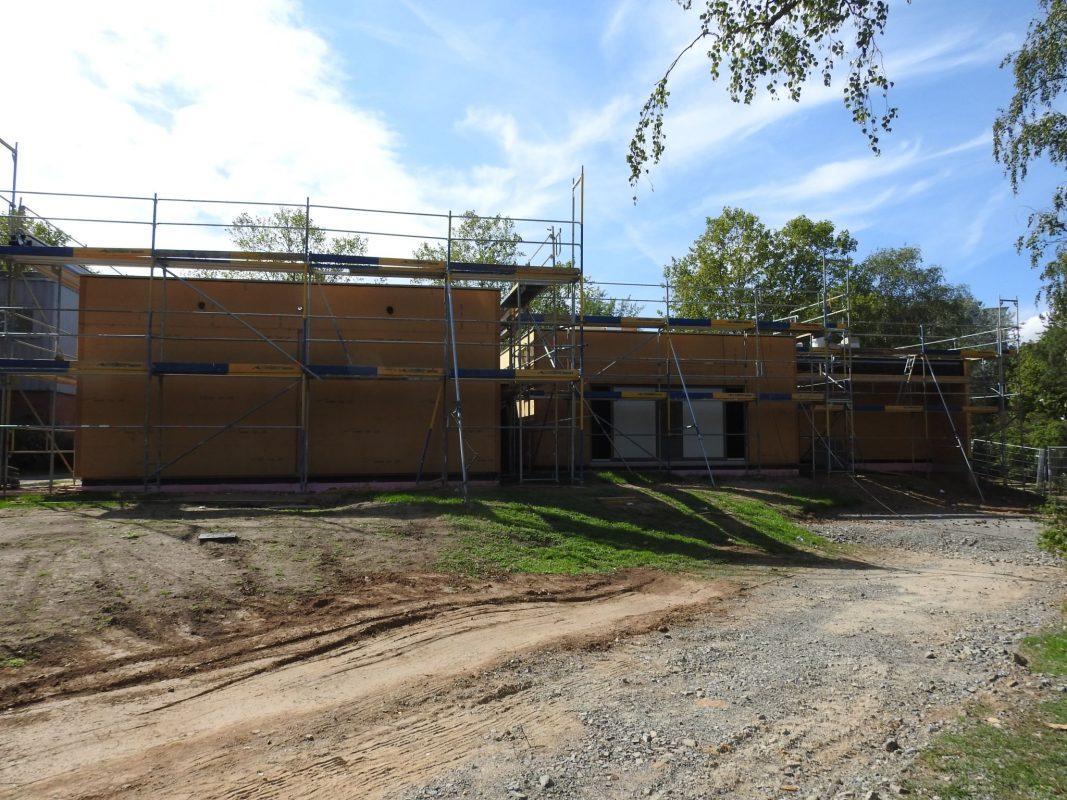 Hinter der Albert-Schweitzer Schule entsteht ein Neubau für einen neuen Kinder-und Jugentreff am Bergl. Foto: Dirk Flieger