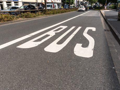 Der Azubi-Shuttle als sinnvolle Ergänzung des Angebots im öffentlichen Nahverkehr: Die Verkehrsanbindung im Landkreis Rhön-Grabfeld wird auf diese Weise den individuellen Bedürfnissen der Azubis angepasst. Symbolfoto: Pascal Höfig