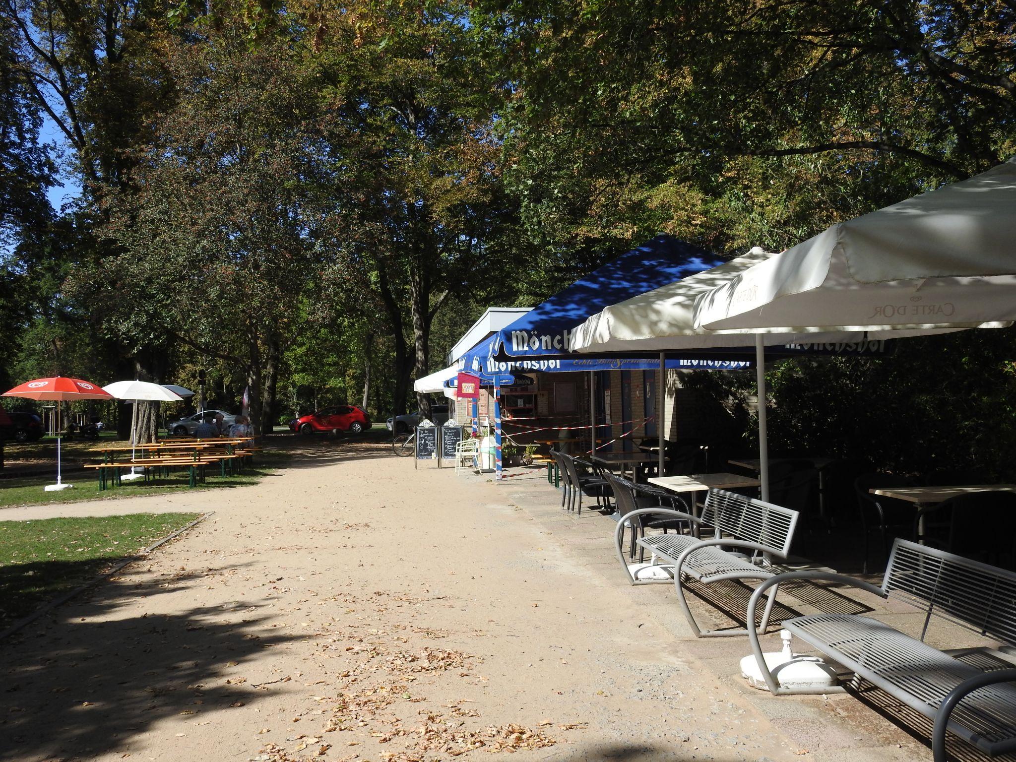 Die Nähe zum Spielplatz und die schattenspendenden Bäumen machen das Café Keks zu einem lohnenswerten Ausflugsziel für Familien und Fahrradbegeisterte. Foto: Dirk Flieger