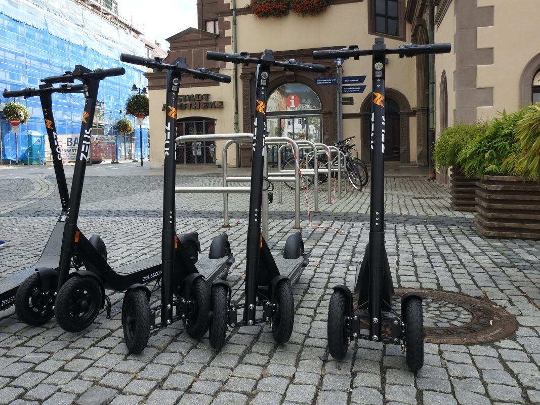 E-Scooter vor dem Rathaus in Schweinfurt. Foto: Dirk Flieger