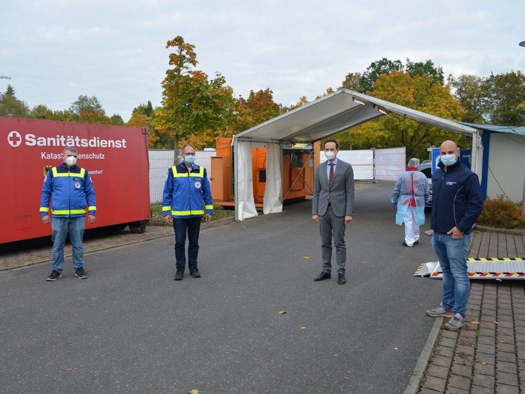 Markus Bauer (Leiter BRK-Patientenfahrdienst), Thomas Lindörfer (BRK-Kreisgeschäftsführer), Landrat Florian Töpper und Michael Köth (Stellvertretender Leiter BRK-Rettungsdienst) (von links). Foto: Landratsamt Schweinfurt