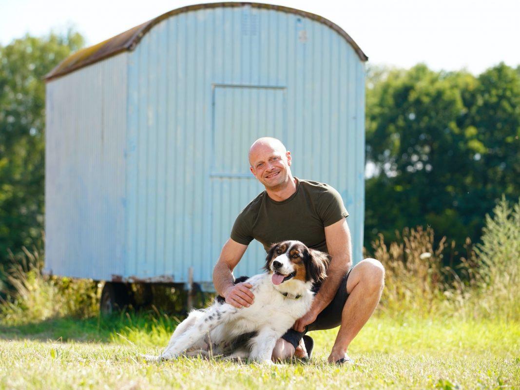 """Ob Schweine- und Spargelbauer Thomas aus Unterfranken sein Glück bei """"Bauer sucht Frau"""" findet? Foto: TVNOW / Stefan Gregorowius"""