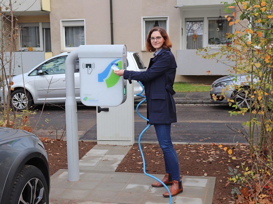 Anna-Sarah Ockert, Leiterin Neue Energiesysteme, lädt an der neuen Ladesäule am Hauptfriedhof. Foto: Stadtwerke Schweinfurt GmbH, Maximilian Frauenhofer