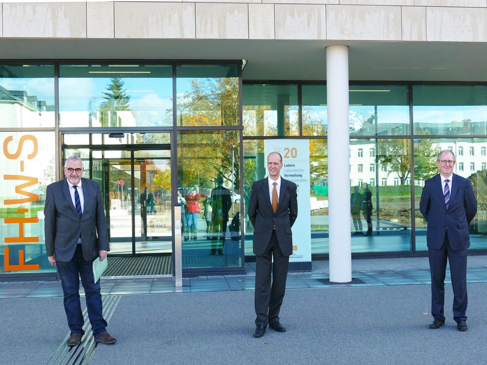 Gerald Langer, Leiter des Bereichs Hochbau des Staatlichen Bauamts Schweinfurt, Dr. Robert Grebner, der Dekan der Fakultät Wirtschaftsingenieurwesen sowie Professor Dr. Peter Meyer. Foto: FHWS