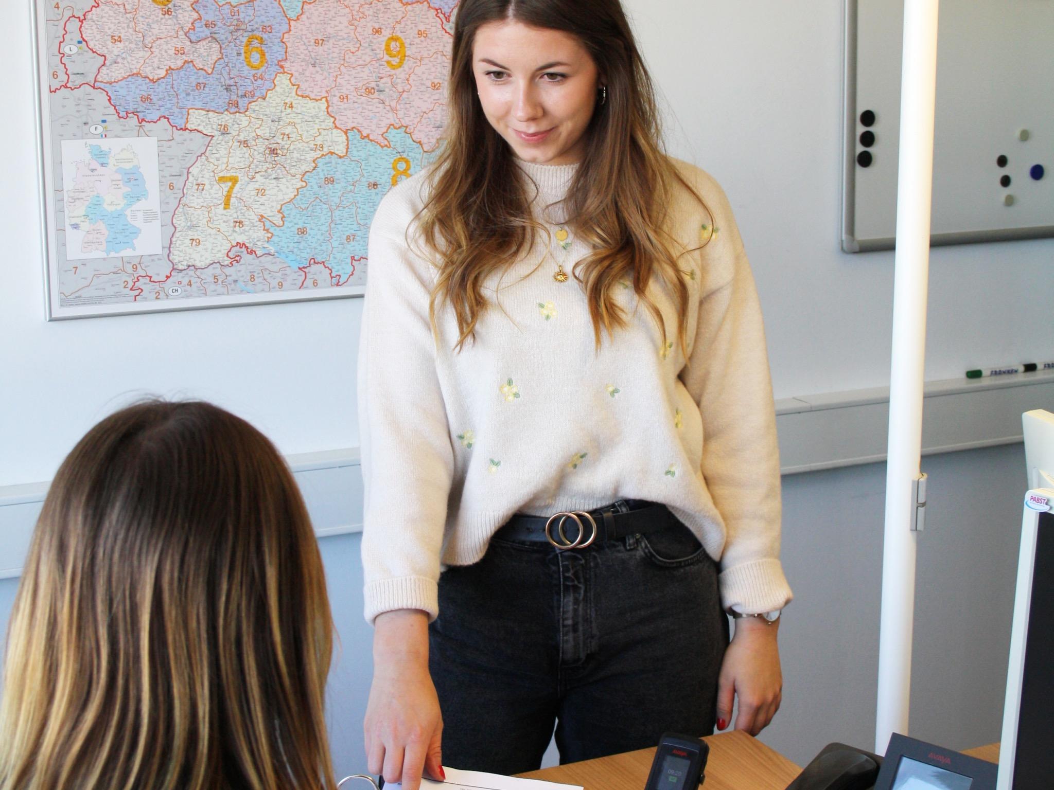 Anna hat damals zunächst eine Ausbildung zur Kauffrau für Speditions- u. Logistikdienstleistung gemacht. Foto: Pabst Transport