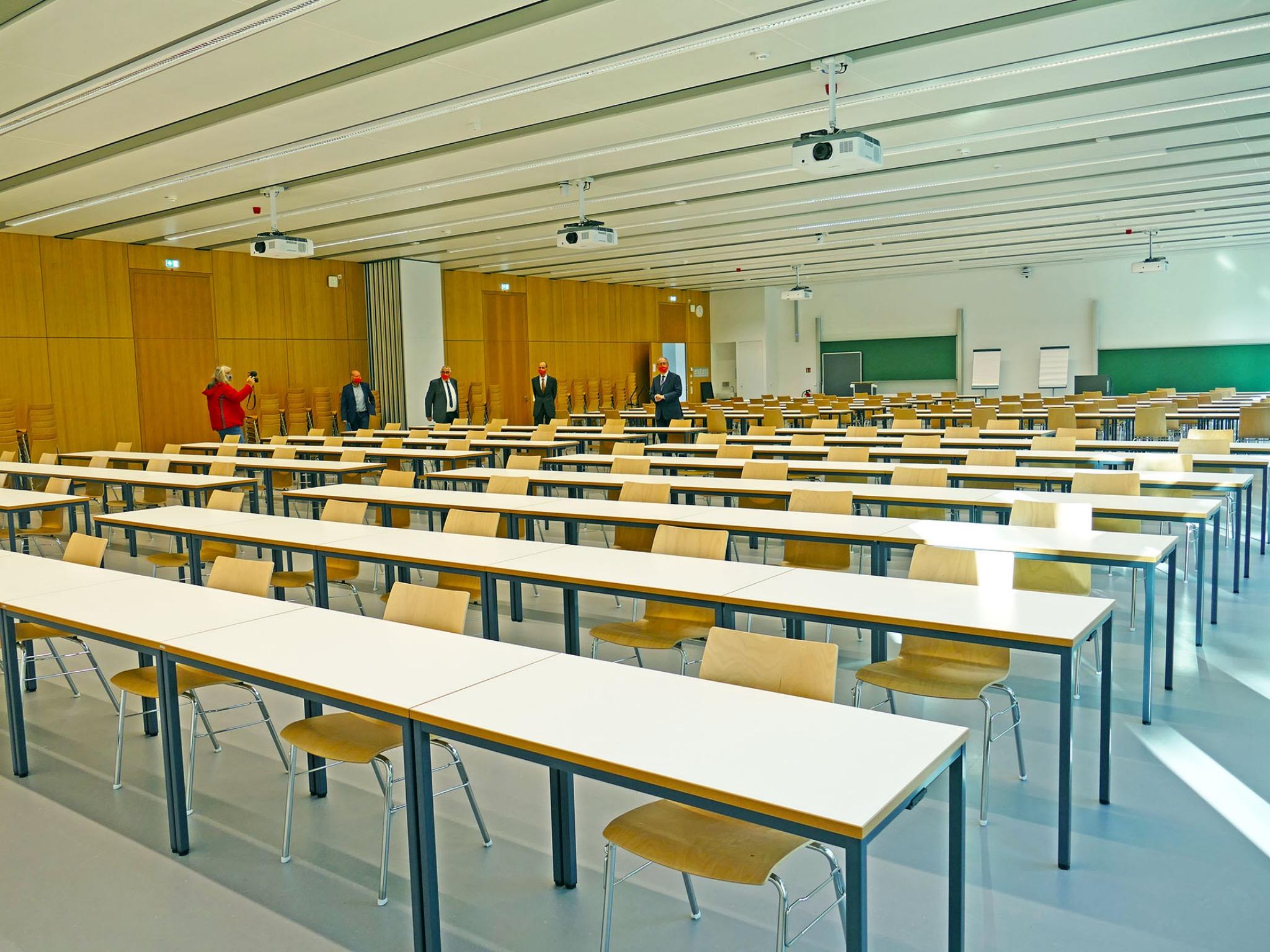 Der größte Hörsaal des FHWS-Neubaus bietet ausreichend Platz für Studierende. Foto: FHWS