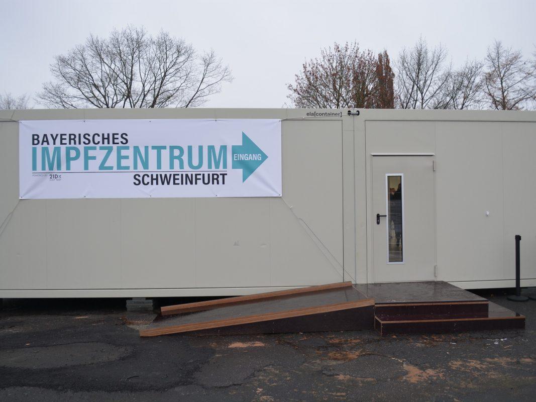 Außenansicht des Impfzentrums Schweinfurt am Volksfestplatz. Foto: LRA Schweinfurt / Andreas Lösch