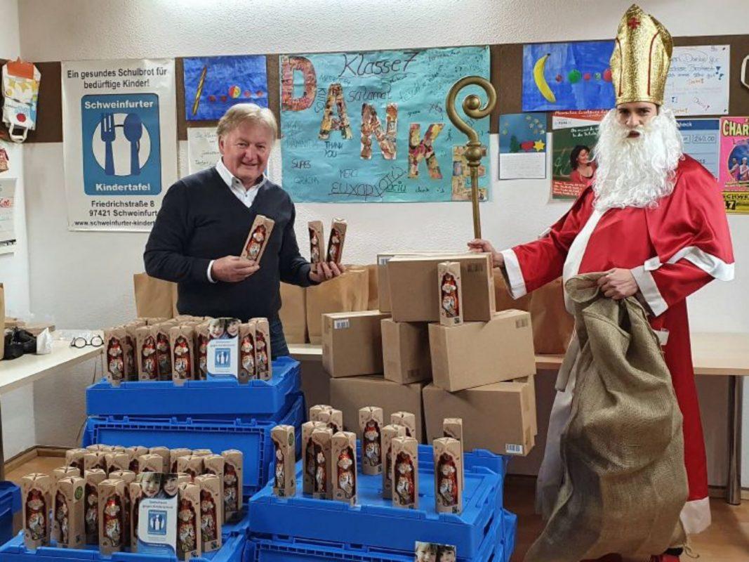 Der Nikolaus der KjG übergab die 250 Schokoladen-Nikoläuse an Stefan Labus (links), Leiter der Schweinfurter Kindertafel. Foto: Sabine Hespelein