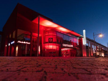 Die Stadtgalerie Schweinfurt leuchtet rot. Foto: Johannes Brautigam