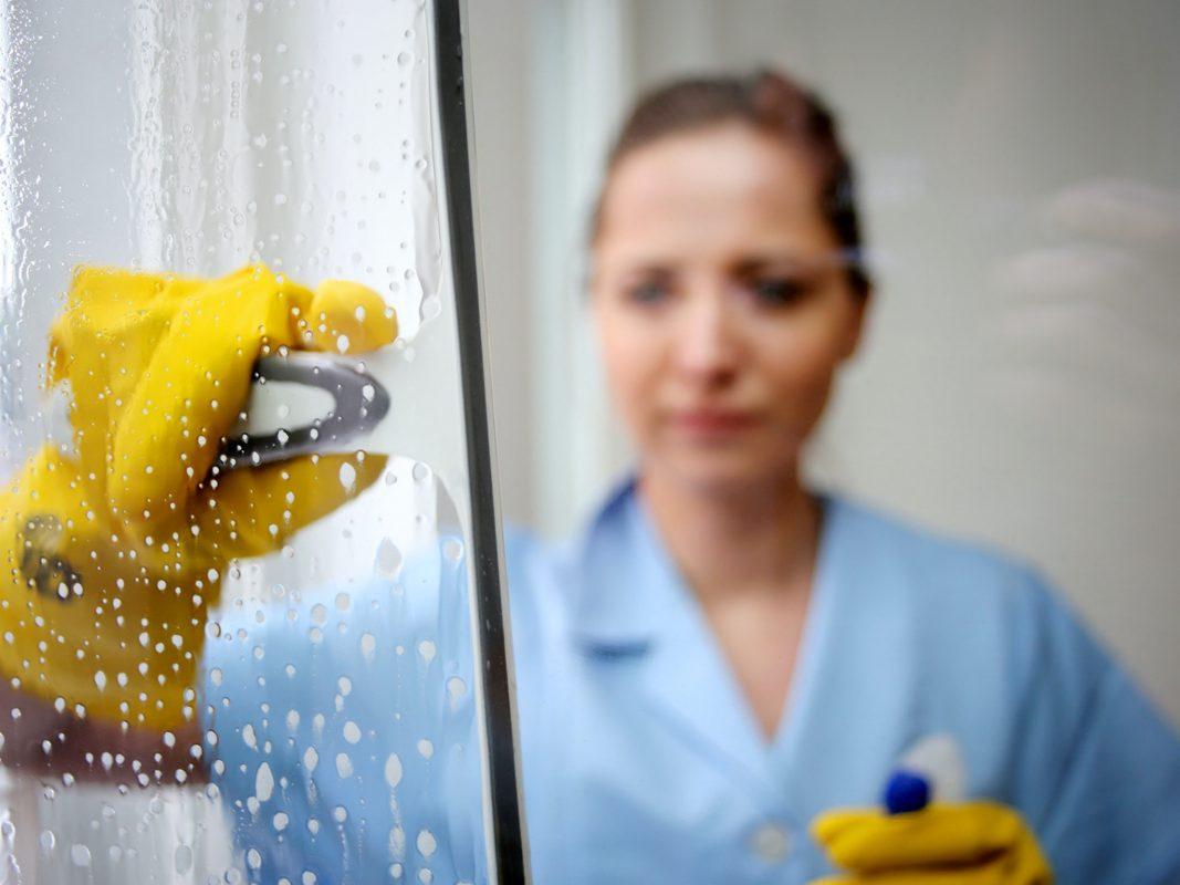 In der Gebäudereinigung arbeiten viele Frauen mit 450-Euro-Verträgen. In der Krise sind sie kaum geschützt, kritisiert die IG BAU. Foto: IG BAU