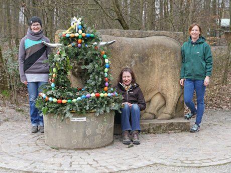 Der Osterbrunnen im Wildpark Schweinfurt mit den Helferinnen Katrin Holzberger, Ursula Lehfer und Sabine Engert (v.l.). Fotos. Florian Dittert