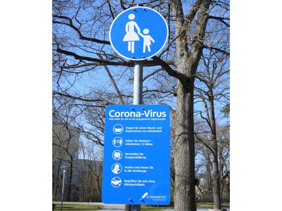 Corona-Hinweistafel in Schweinfurt. Foto: Dirk Flieger