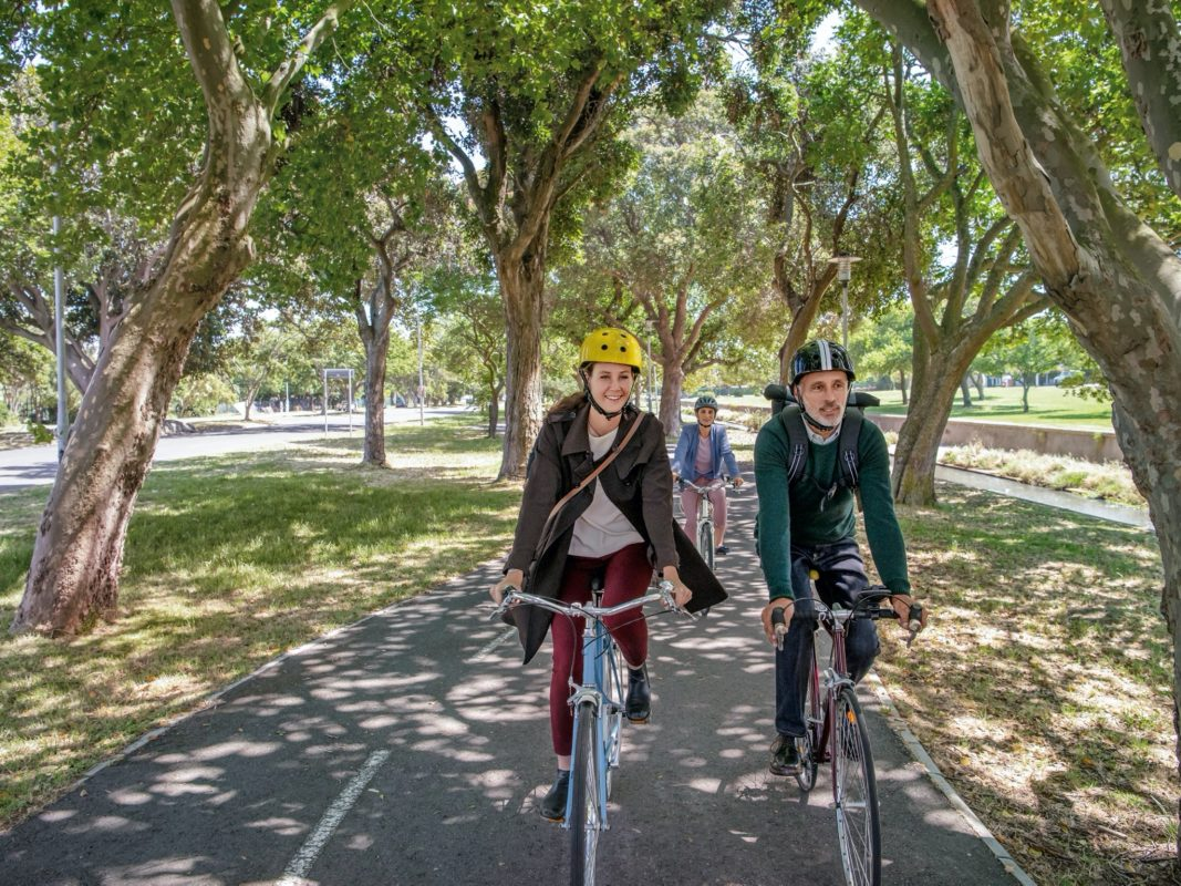Für mehr Fitness im Alltag: Wer regelmäßig radelt, steigert sein Wohlbefinden und hält sich gesund. Foto: © AOK