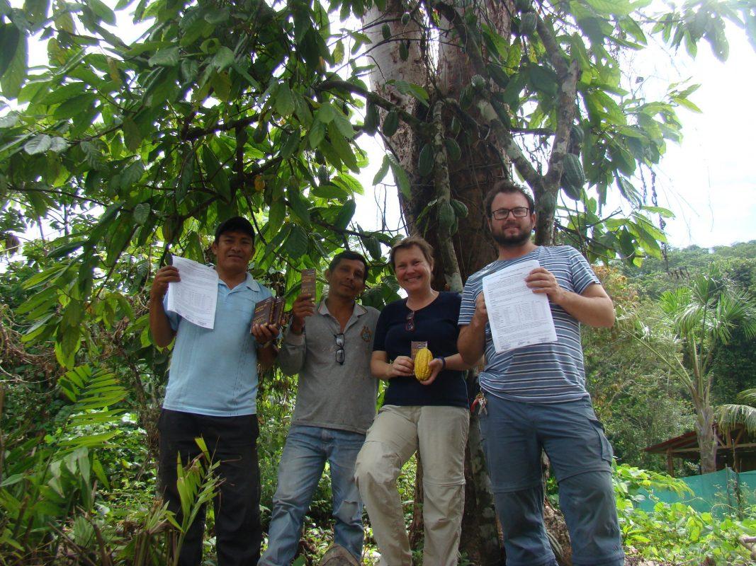 Mitarbeiter der PERÚ PORO GmbH auf der Plantage mit der preisgekrönten Schokolade. Foto: PERÚ PORO GmbH