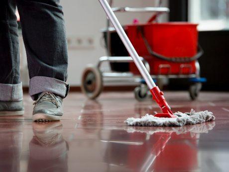 In der Reinigungsbranche sind befristete Stellen stark verbreitet – und werden für die Betroffenen oft zur Falle. Die IG BAU fordert ein Gesetz zu ihrer Eindämmung. Foto: IG BAU