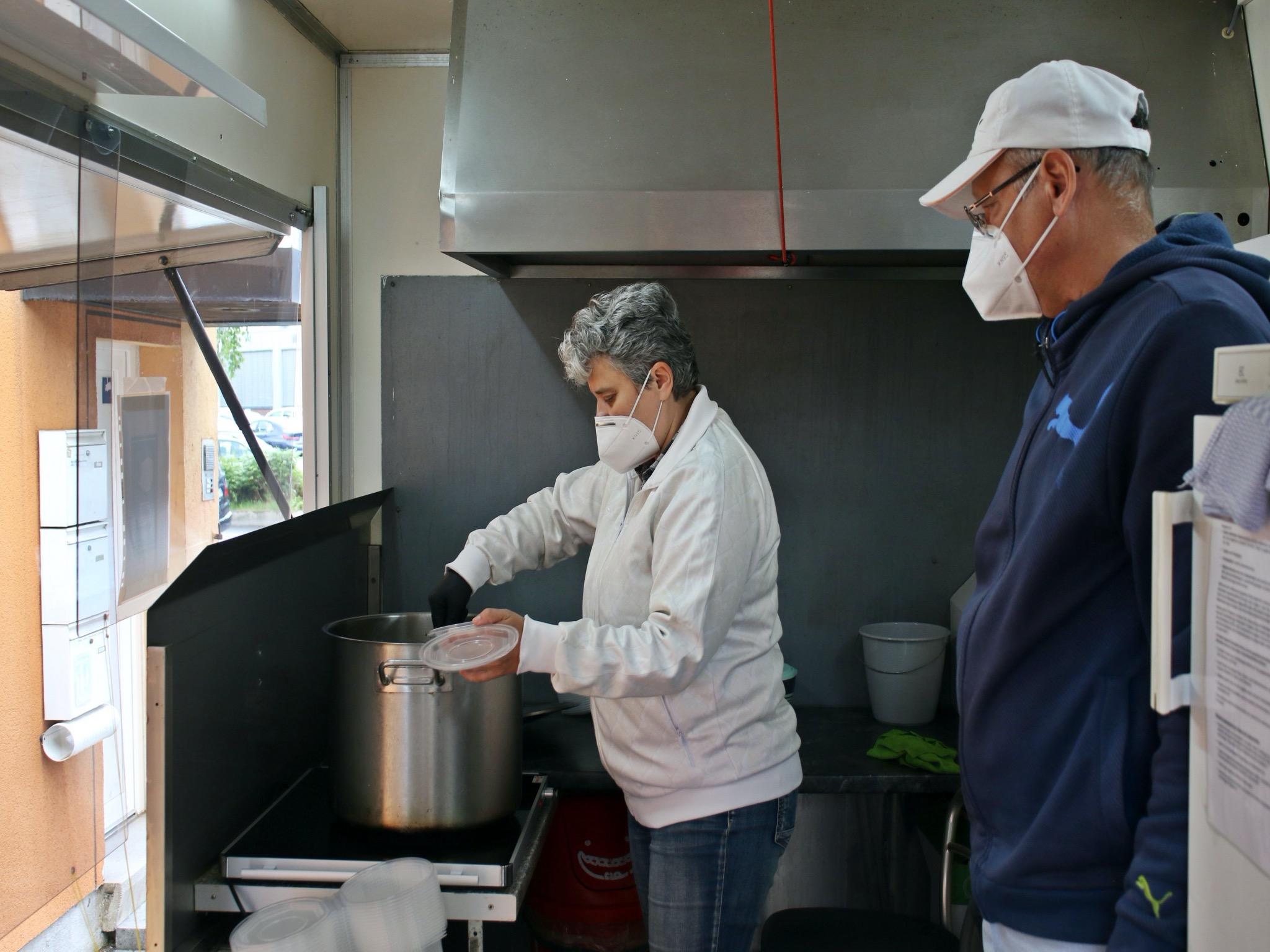 Die Mitarbeiter Irena und Sergej teilen die Suppen aus. Foto: Schweinfurter Kindertafel e.V.