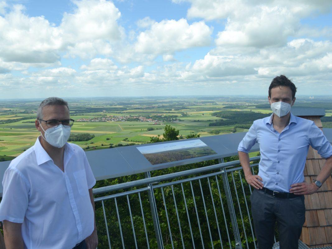 Frank Hart, Leiter des Hochbauamts, und Landrat Florian Töpper auf dem neuen Zabelsteinturm. Foto: Andreas Lösch/Landratsamt Schweinfurt