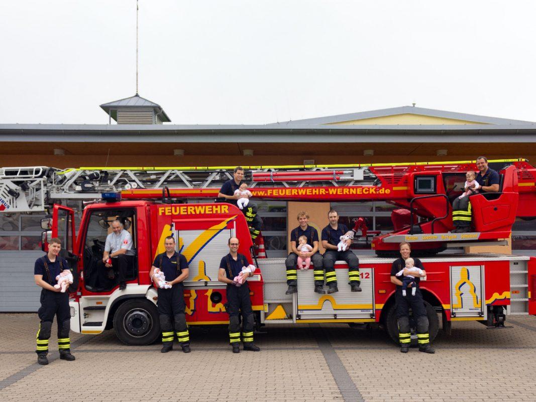 Die stolzen Väter mit ihren Sprösslingen zusammen mit dem zweiten Vorstand des Feuerwehrvereins Thomas Weiß (2. v.l.). Foto: Tim Mützel