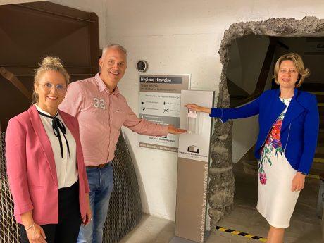 Petra und Nils Brennecke freuen sich zusammen mit der Bundestagsabgeordneten Dr. Anja Weisgerber (CSU) über die neuen Hygienemaßnahmen im Deutschen Bunkermuseum. Foto: Martin Schlör