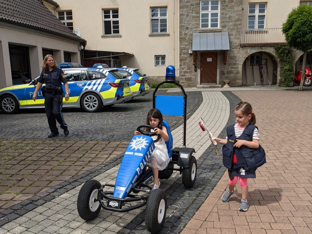 Die 3-jährige Amandine zu Besuch bei der Polizei Bad Neustadt/Saale. Foto: Polizei